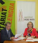 M. Dolors Sardà i Joan Amigó en el moment de la signatura del conveni