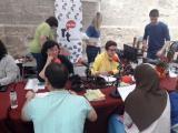 Un moment de les lectures de Fabra al set de Ràdio Tortosa, davant de la Catedral