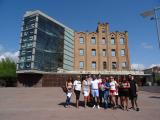 Els alumnes de Sant Martí, davant del Centre Cultural La Farinera.
