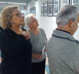 """Participants del Voluntariat per la llengua es reuneixen per veure """"Santa Coloma en blanc i negre"""""""