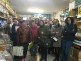 Alumnes d'un curs Bàsic 1 d'Esparreguera fan pràctiques de llengua en una fruiteria