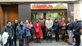Alumnes del curs Bàsic 2 d'Esparreguera fan pràctiques de llengua en una botiga de llaminadures