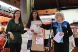 Isabel-Clara Simó i Txell Pujol entreguen un premi a la Priscilla, una de les guanyadores del sorteig a Instagram.