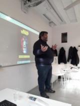 L'escriptor Sebastià Bennasar durant la xerrada als alumnes de les Corts.