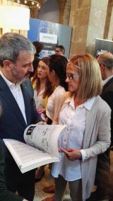 Jaume Collboni, tinent d'alcaldia d'Empresa, Cultura i Innovació, conversa amb Assumpta Escolà, directora del CNL de Barcelona, durant la seva visita a l'expositor del Centre.
