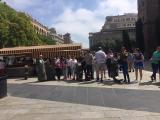"""Alumnes del Servei Local de Català d'Esplugues de Llobregat visiten el poema visual """"Bàrcino"""" a Barcelona"""