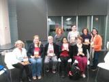 Participants en en el club de lectura de nivell bàsic de l'Eixample amb la seva conductora, Anna Andreu.