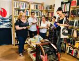 Els alumnes del Club de lectura de nivell bàsic, a la llibreria Dolce Vita, del Raval.