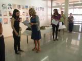 La directora del CNL de Barcelona, Assumpta Escolà, entrega un diploma a un estudiant de la Llotja.