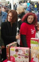 La directora general de Política Lingüística i presidenta del CPNL, Ester Franquesa, va visitar l'estand del CNL de Barcelona.