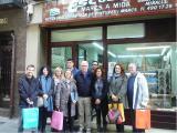 Els guanyadors posen davant la botiga Marcs Escoda, on es va tenir lloc l'entrega de premis.