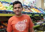 El Mansoor a la seva fruiteria, situada al carrer Regomir.