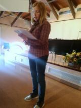 Una alumna, llegint el seu poema.