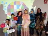La Naoual, la Hafsa i la Laila expliquen el conte de l'Elmer
