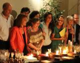 Miquel Esteve, Ester Franquesa, Lola López, Ariadna Casas, Assumpta Escolà i Pilar Pifarré, amb el pastís commemoratiu dels 5 anys de l'Espai Avinyó - Llengua i Cultura.