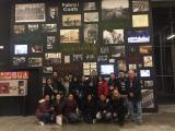 Foto de grup dels alumnes davant la Fabra i Coats.