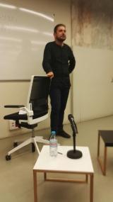 En Zuhair en un moment de la xerrada, ahir, a l'Espai Avinyó.