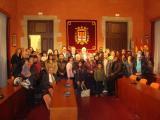 Voluntaris i aprenents són rebuts a l'Ajuntament de Manresa i visiten la Seu