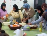 Les alumnes de català de la Raval de Cristo fan un taller de cuinar pa i galetes