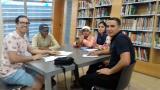 Grup de conversa i lectura fàcil a la biblioteca de Tortosa durant l'estiu