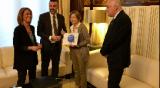 El conseller Vila lliura l'Informe de Política Lingüística 2015 a la presidenta del Parlament
