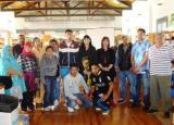 Alumnat dels cursos d'acolliment lingüístic del Montsià viuen l'ambient de Sant Jordi a Amposta